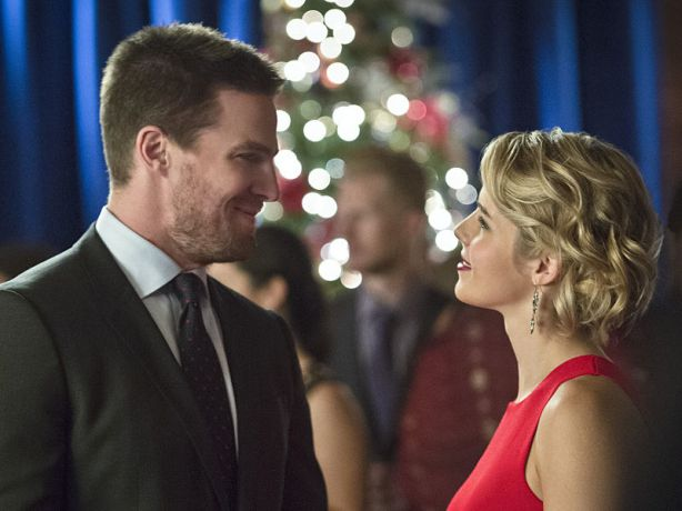 "Arrow -- ""Dark Waters"" -- Image AR409B_0224bc.jpg -- Pictured (L-R): Stephen Amell as Oliver Queen and Emily Bett Rickards as Felicity Smoak -- Photo: Diyah Pera/ The CW -- © 2015 The CW Network, LLC. All Rights Reserved."